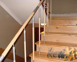 Stopnie sosnowe, balustrada prosta – stal łączona z drewnem.