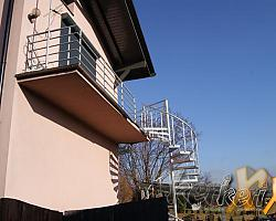 Schody kręcone ze stopniami z kraty, balustrada z wypełnieniem z trzech prętów pod poręczą, poręcz gięta stalowa, dodatkowo na balkonie balustrada stalowa z profili zamkniętych, całość ocynkowana. Schody zostały zamontowane w woj. śląskim.