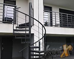 Schody kręcone ze stopniami z siatki cięto ciągnionej, balustrada z czterema wypełniającymi prętami, całość ocynkowana i malowana proszkowo. Tychy