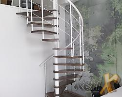 Schody kręcone we wnętrzu zaprojektowanym przez Joannę Wójcikiewicz. Stopnie bukowe bejcowane pod kolor podłogi. Ligota