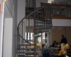 Schody kręcone, których stopnie wykonane są z blachy ryflowanej, balustrada stalowa z poręczą giętą stalową . Całość malowana proszkowo. Miejsce montażu : Berlin , Niemcy