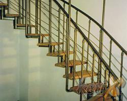 """WA 3C Schody ażurowe - segmentowe, stopnie dębowe lakierowane w kolorze naturalnym, balustrada zczterema prętami, poręcze dwustronne gięte. Elementy stalowe malowane proszkowo w kolorze """"antyczne złoto"""".   Wykonanie- Bielsko- Biała, woj. śląskie."""