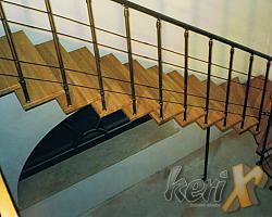 """Schody ażurowe - segmentowe, stopnie dębowe lakierowane w kolorze naturalnym, balustrada z czterema prętami, poręcze stalowe. Elementy stalowe malowane proszkowo w kolorze """"antyczne złoto"""".  Wykonanie- Bielsko- Biała, woj. śląskie."""