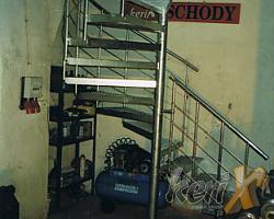 Schody kręcone połączone z prostymi, stopnie z kraty pomostowej, balustrada gięta z czterema prętami. Całość ocynkowana . Wykonanie- Dortmunt, Niemcy.
