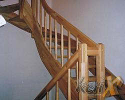 Schody drewniane- bukowe, lakierowane w kolorze naturalnym. Balustrada drewniana, słupy proste, tralki toczone – soczewkowate. Wykonanie- Oświęcim, woj. małopolskie.