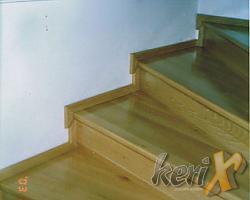 Schody drewniane, stopnie bukowe lakierowane w kolorze naturalnym, ułożone na betonie. Wykonanie- Wilamowice, woj. śląskie.